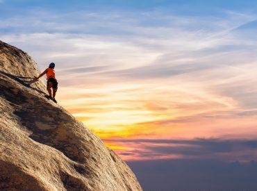 Persoon die op een berg klimt